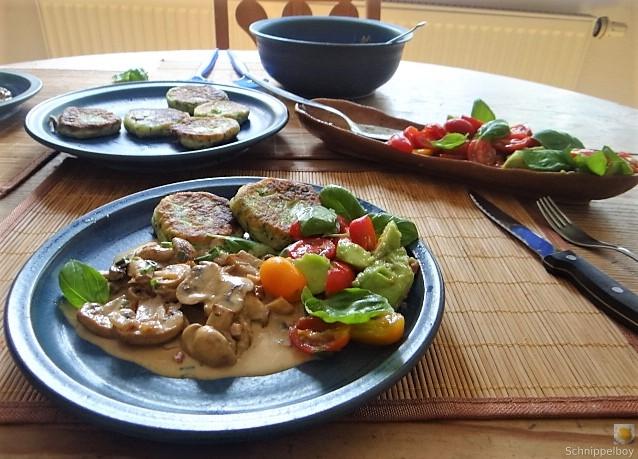 Kartoffel-Spinat Taler, Champignon, Tomaten-Avocado Salat (27)