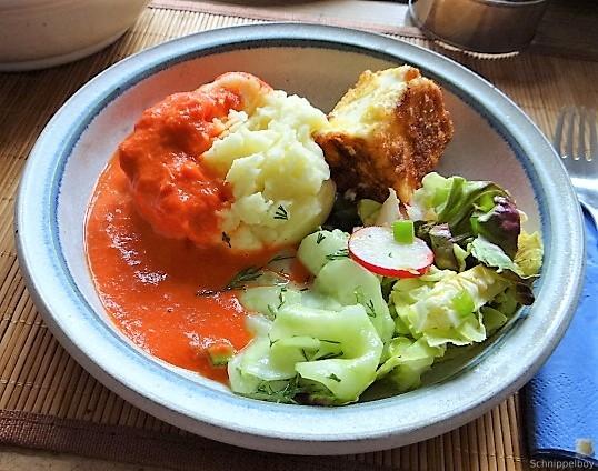 Kartoffelstampf mit Feta, Paprikasauce, Gurkensalat und ein Blattsalat (1)