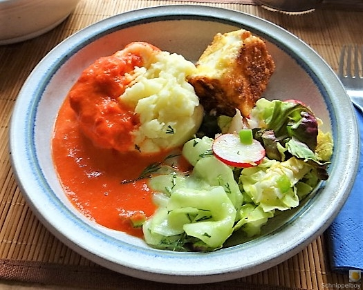 Kartoffelstampf mit Feta, Paprikasauce, Gurkensalat und ein Blattsalat (19)