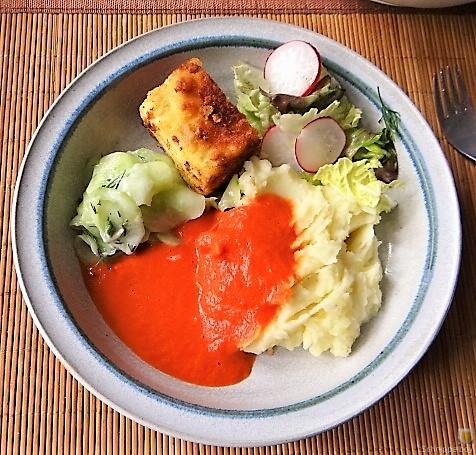 Kartoffelstampf mit Feta, Paprikasauce, Gurkensalat und ein Blattsalat (2)