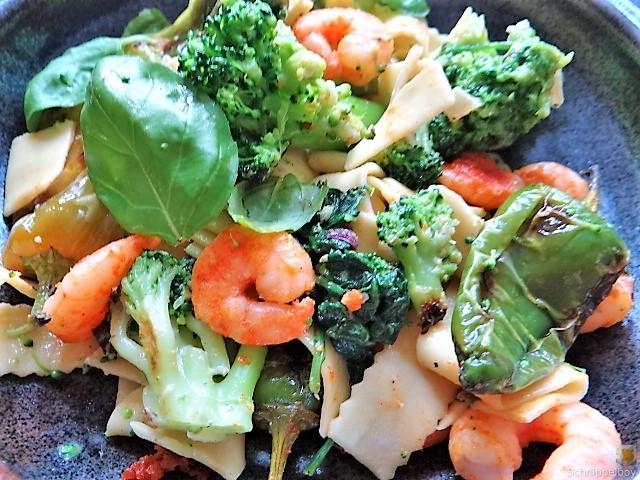 Bandnudeln mit Gemüse und Garnelen (2)