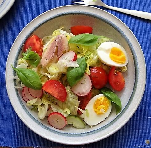 Bunter Salat mit Salat und Eiern (12)