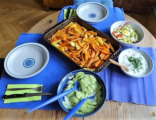 Kartoffelspalten, Meerrettichquark und Gurkensalat (6)