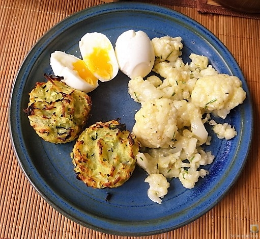 Zucchiniküchlein und Blumenkohlsalat (1)