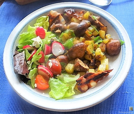 Bratkartoffeln mit Champignon und buntem Salat (20)