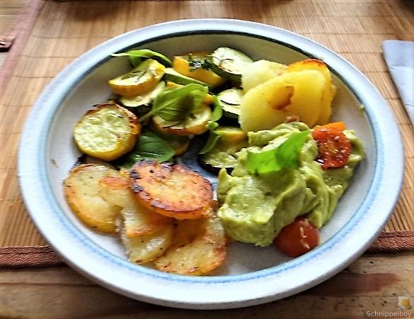 Ofen Zucchini mit Guacamole und Kloßscheiben vom Vortag (1)