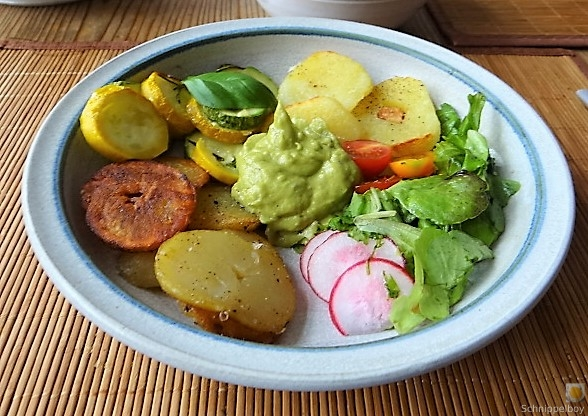Ofen Zucchini mit Guacamole und Kloßscheiben vom Vortag (25)