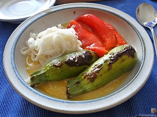 Spitzpaprika in Kokosmilch mit Minizucchini und Reisnudeln (2)