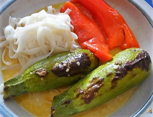 Spitzpaprika in Kokosmilch mit Minizucchini und Reisnudeln (3)