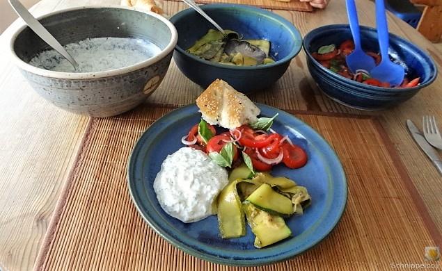 Zucchini-Tomatensalat und Tzatziki (1)