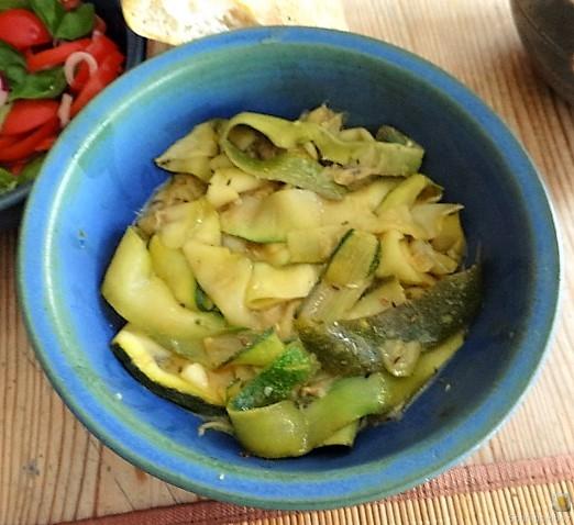 Zucchini-Tomatensalat und Tzatziki (11)