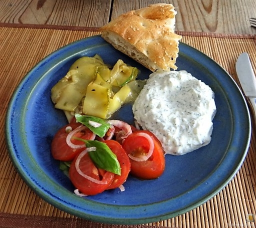 Zucchini-Tomatensalat und Tzatziki (2)