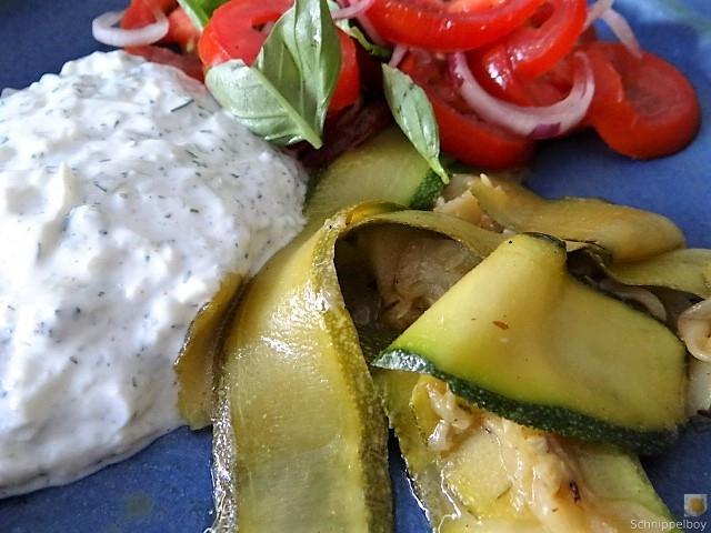 Zucchini-Tomatensalat und Tzatziki (3)