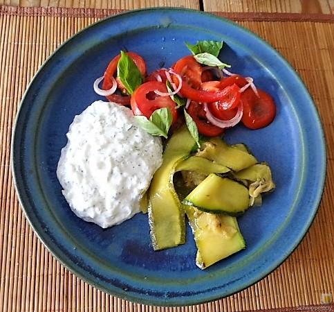 Zucchini-Tomatensalat und Tzatziki (4)